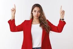 Мечта компании девушки работая слишком длинная получая верхнее положение стоя серьезная решительная честолюбивая делая сильн-стор стоковые фото