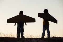 Мечта мальчиков летать outdoors стоковая фотография