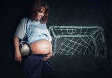 Мечты беременной женщины о маленьком сыне стоковая фотография rf