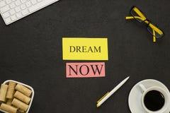 Мечты надпись теперь на черной предпосылке Стоковое Фото