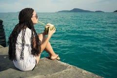 Мечты, океан и красивая девушка Стоковая Фотография RF
