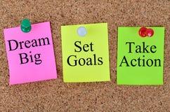 Мечт большие цели комплекта принимают действие написанное на примечаниях стоковые фотографии rf