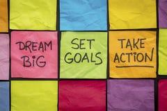 Мечт большой, установил цели, принимает действие на липких примечаниях стоковые изображения rf