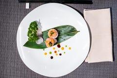 Мечы-рыб maki Gunkan с соусами и vegetable julienne Стоковые Изображения RF