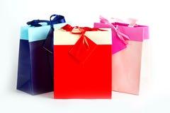 Мешки пинка голубого красного цвета бумажные для настоящих моментов или покупкы Стоковые Изображения RF