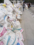 Мешки с песком на тротуаре. стоковое фото