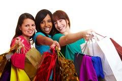 мешки ходя по магазинам показывающ их женщин стоковые изображения
