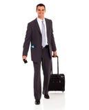 Мешок бизнесмена гуляя Стоковые Фотографии RF