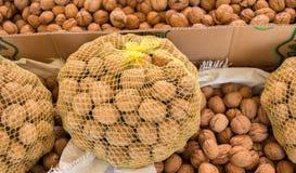Мешок всех грецких орехов с трудными ореховыми скорлупами Стоковая Фотография RF