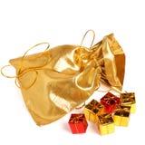 мешок кладет подарок в коробку золотистый Стоковая Фотография
