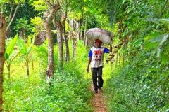 Мешок нося индонезийского человека травы Стоковая Фотография RF