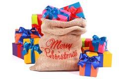 Мешок рождества с красочными подарк-обернутыми настоящими моментами стоковое фото rf