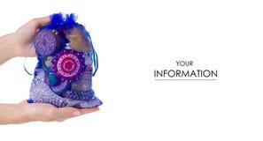 Мешок с женским bijouterie ювелирных изделий в картине руки стоковое фото