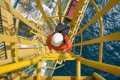Мешок с инструментами нося и заявка электрического техника до башни крана для устранять неисправность электрического и системы ап стоковая фотография rf