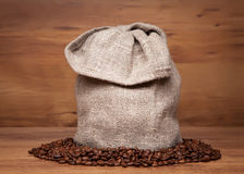 Мешок холстины с кофейными зернами Стоковое Фото