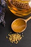 Мед лаванды с цветнем пчелы и гребнем меда Стоковое фото RF