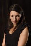 Меланхоличная женщина с серьезным выражением Стоковые Фото