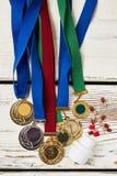 Медали и пилюльки на древесине стоковое изображение