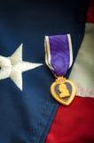 Медаль фиолетового сердца и американский флаг Стоковые Фото