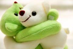 Медвежьи объятия кукол совместно, влюбленность Стоковое Изображение