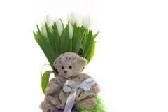 Медвед-девушка игрушечного сидя на предпосылке букета белого tu стоковые фото