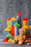 Медведь игрушки и строительные блоки кучи деревянные Стоковая Фотография