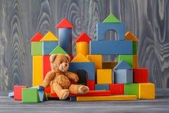 Медведь игрушки и строительные блоки кучи деревянные Стоковые Фото
