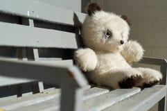 Медведь игрушки сидя на стенде Стоковые Изображения RF
