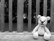 медведь куклы на стенде в черно-белом Стоковые Фото