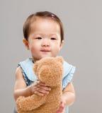 Медведь куклы объятия девушки стоковая фотография