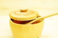 Мед в деревянном шаре Стоковые Изображения
