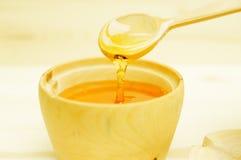 Мед в деревянном шаре Стоковые Изображения RF