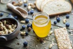 Мед в стеклянном опарнике Стоковое Изображение