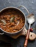 Медленное ragu говядины плитаа Говядина глиняного кувшина braised баком на темной предпосылке Стоковое Изображение