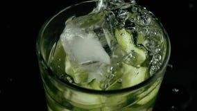 Медленный mo В стекле воды огурца падения морозят сток-видео