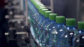 Медленный moving транспортер с ЛЮБИМЧИКОМ разливает готовое по бутылкам для обозначать сток-видео