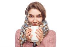 Медицина женщины выпивая на белизне Стоковые Фото
