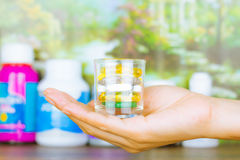 Медицина или капсулы Рецепт лекарства для лекарства обработки Фармацевтический medicament, лечение в контейнере для здоровья Phar стоковые фотографии rf