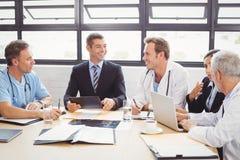 Медицинская бригада взаимодействуя в конференц-зале стоковое фото rf