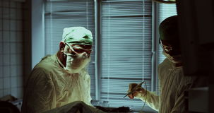Медицинская бригада выполняя деятельность в операционной больницы видеоматериал