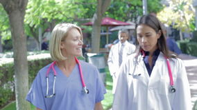 Медицинская бригада имея обсуждение Outdoors сток-видео