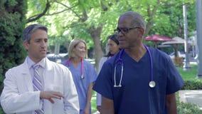 Медицинская бригада имея обсуждение Outdoors акции видеоматериалы