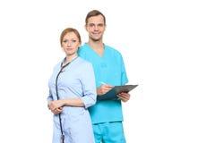 Медицинская бригада докторов, человека и женщины, изолированных на белизне Стоковое фото RF