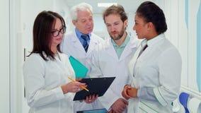 Медицинская бригада смотрит доску сзажимом для бумаги акции видеоматериалы