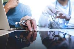 Медицинская концепция команды сети технологии Острословие руки доктора работая Стоковые Фотографии RF