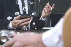 Медицинская концепция, доктор работая с умным телефоном и d co работая Стоковые Фото