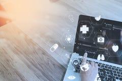 Медицинская концепция, доктор работая с умным телефоном и d co работая Стоковая Фотография