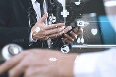 Медицинская концепция, доктор работая с умным телефоном и d co работая Стоковое фото RF