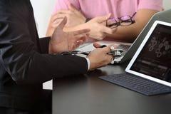 Медицинская концепция, доктор работая с умным телефоном и d co работая Стоковое Изображение