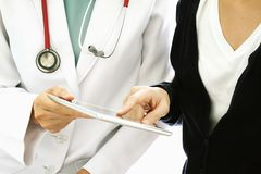 Медицинская концепция технологии, терпеливый спрашивая доктор о ее болезни подготовляет путем использование планшета стоковое фото